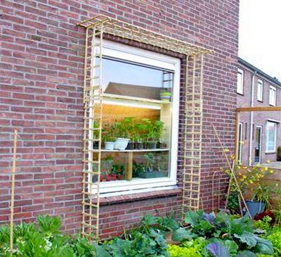 Решетка вокруг окна.