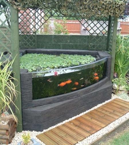 Декоративный аквариум на участке.