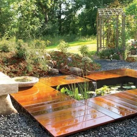 Необычный пруд в саду.