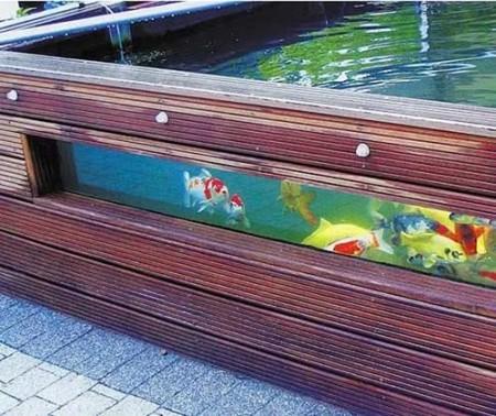 Аквариум с рыбками на садовом участке