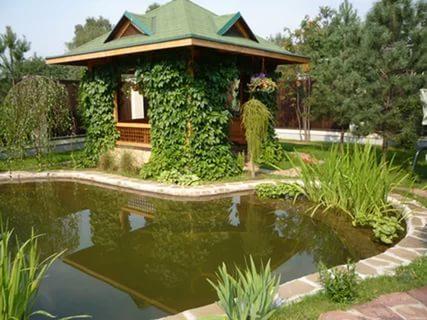 Декоративный, искусственный водоем в саду