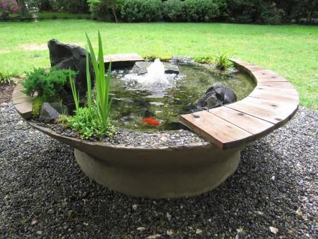 На фотографии чаша с водой и фонтаном