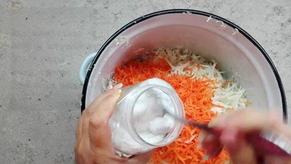 Морковь и капуста в кастрюле